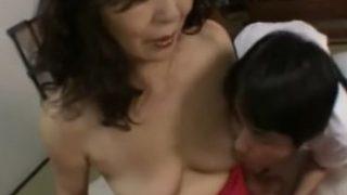 久し振りに黒い乳首を舐められ一気に発情するおばさんの陰核写真