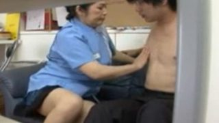 コンビニ店員のおばさんが若い万引き犯達を逆レイプするjyukujo動画画像無料