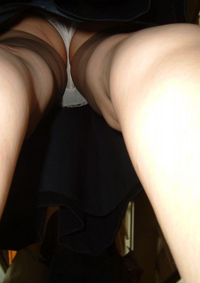 油断ている熟女のスカートの中を逆さ撮りしたパンツ画像19