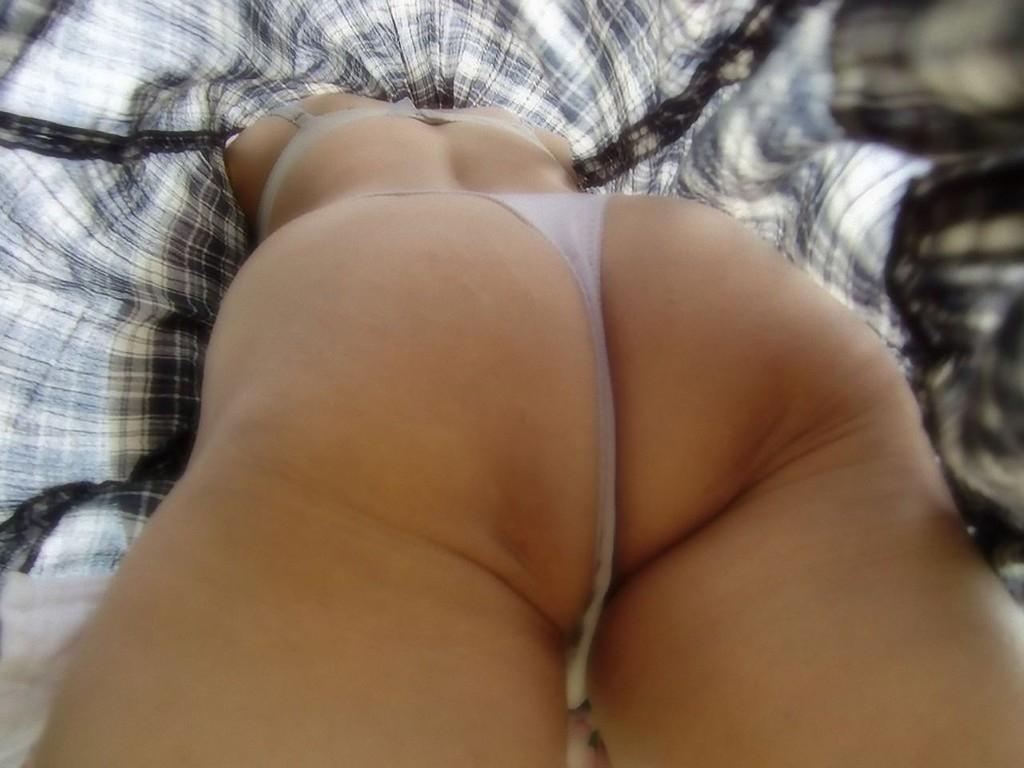 油断ている熟女のスカートの中を逆さ撮りしたパンツ画像15